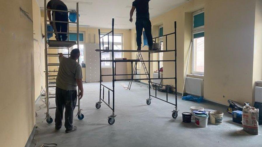 Zdjęcie przedstawia prace remontowe  na sali konferencyjnej w Miejsko-Gminnym Ośrodku Kultury,