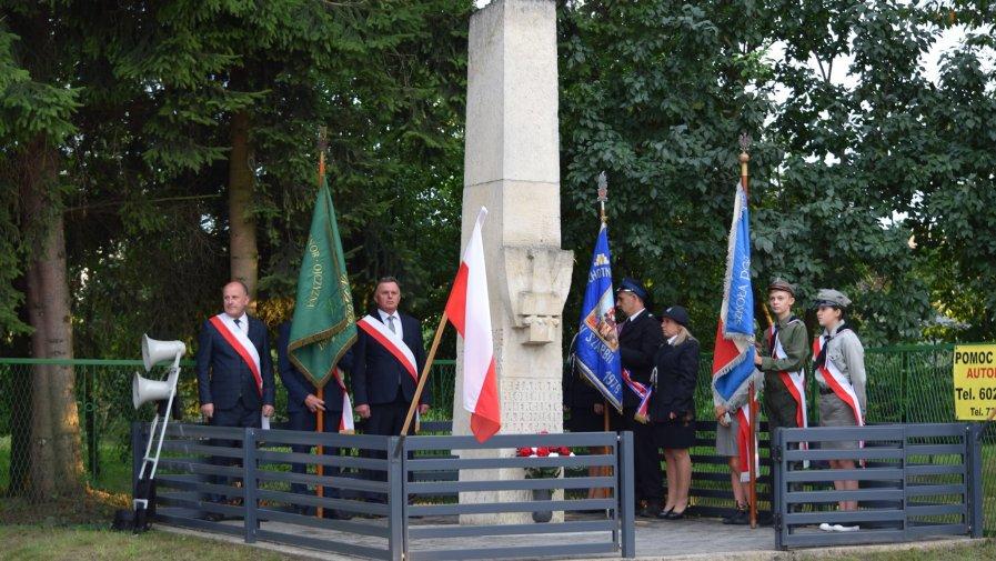 Uroczystości pod pomnikiem w Szarbi Zwierzynieckiej oraz capstrzyk z wieży przykościelnej dzwonnicy.